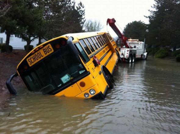Школьный автобус утонул