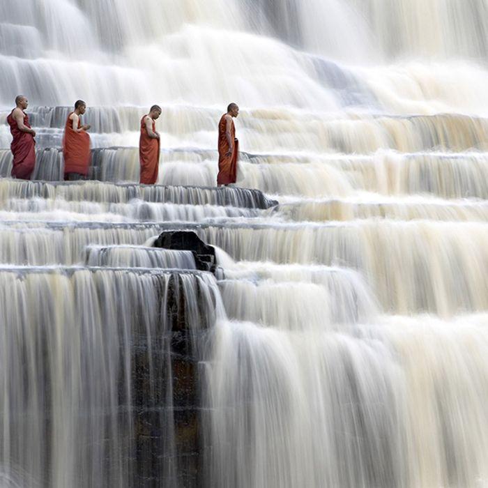 Монахи на водопаде