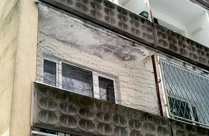 Колючая проволка на балконе
