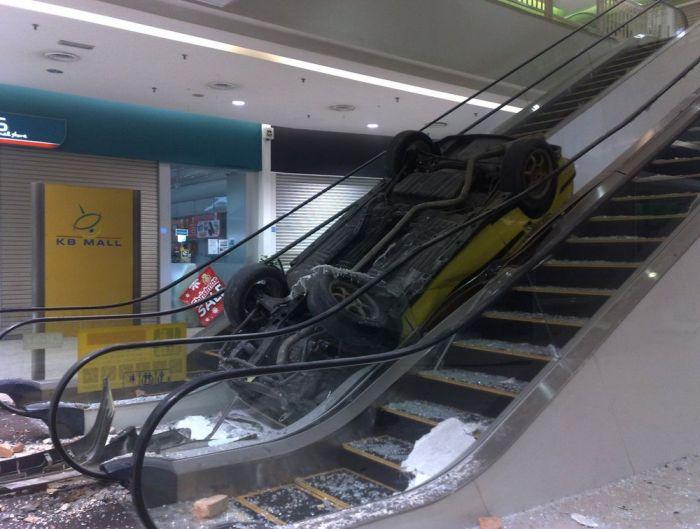 Машина на эскалаторе