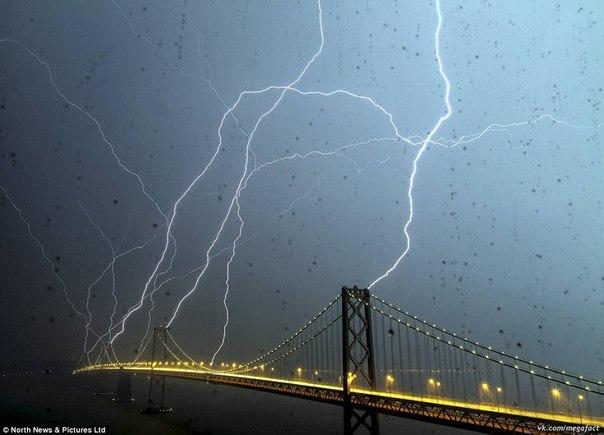 Молнии у моста
