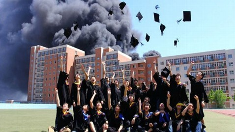 На фоне горящего общежития