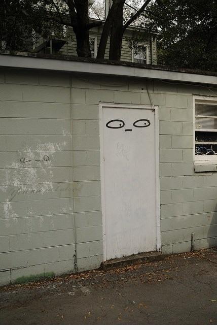 Подозрительная дверь