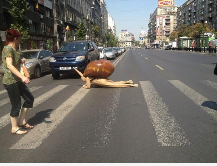 Переходит улицу