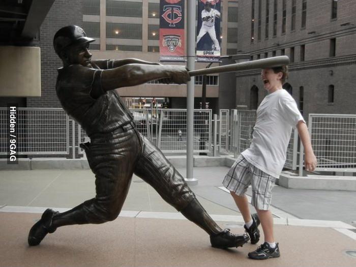 Фото со статуей