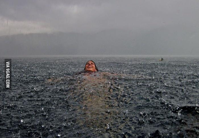 Плавать под дождем