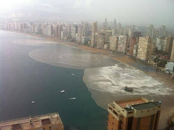 Вода вливается в океан после сильного дождя