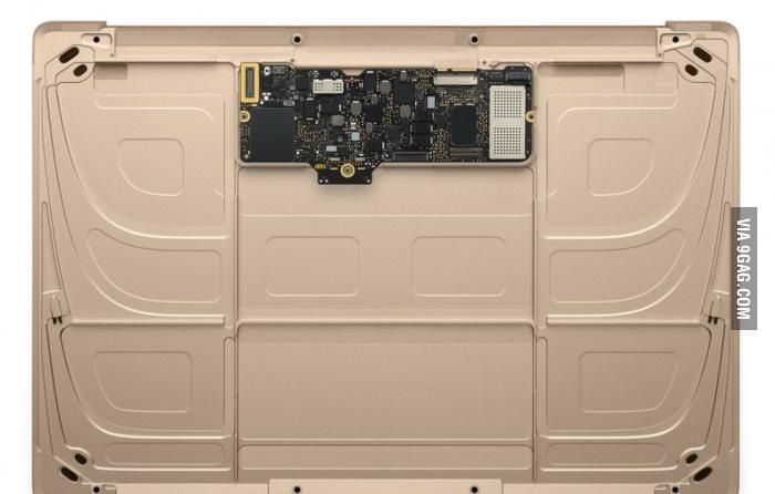 Внутри Макбука (всё остальное батарея)