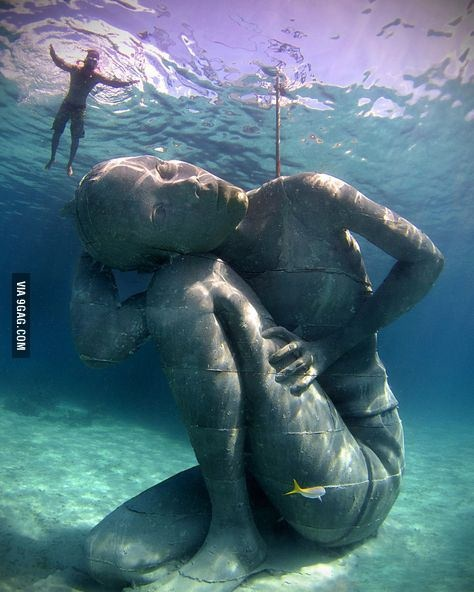 Подводная статуя